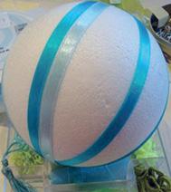 Photo d'un atelier créatif : Boule de Noël, pour un comité d'entreprise