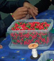 Photo d'un atelier créatif : Perles à enfiler, pour un arbre de noel