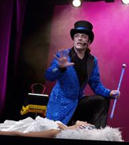 un magicien et sa princesse, avec les enfants du comité d'entreprise