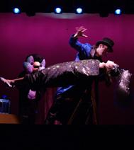 tour de lévitation par le magicien devant les enfants