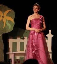 la princesse du conte, avec les enfants à la fin du spectacle