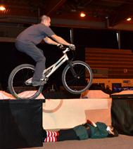 numéro de cirque avec équilibre sur un vélo - Arbre de Noel sur Paris