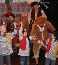 pirate faisant de la magie avec un enfant lors du spectacle à Paris