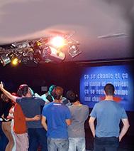 Groupe de personnes chantant lors d'un karaoke organisé par le CE