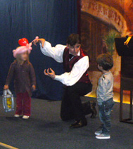 Benoit, avec les enfants pendant le spectacle de l'arbre de Noel