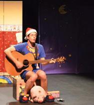 Le comédien seul, en train de faire de la guitare