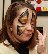 la maquilleuse sur visage a réalisé un papillon