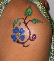Exemple de tatouage : fleur bleue, réalisé durant un atelier sur un arbre de Noel