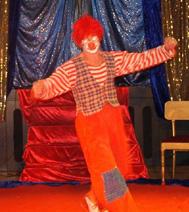 Le clown fait le tour de la piste avec les enfants
