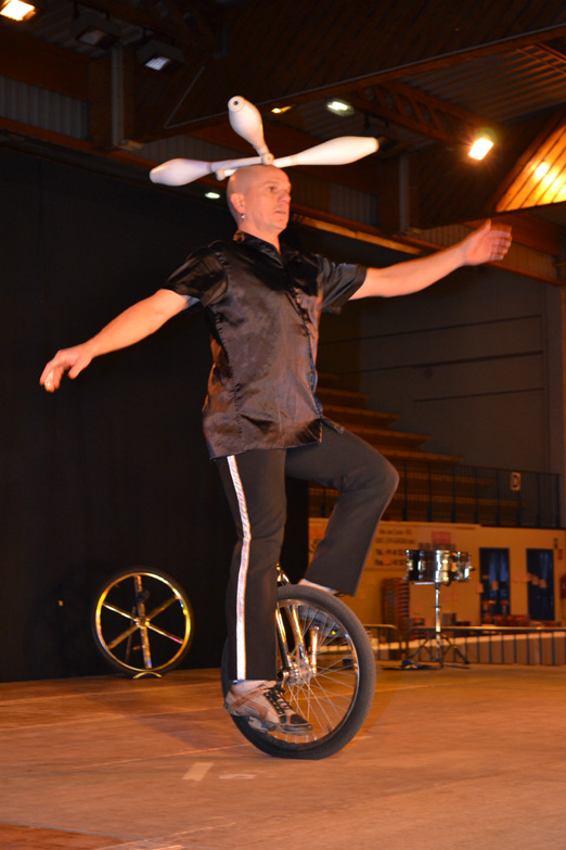 Spectacle de noel cirque num ro visuel - Image jongleur cirque ...